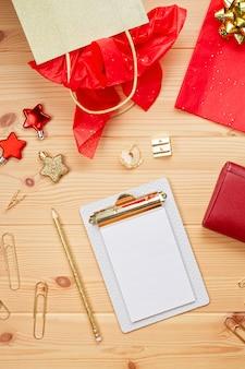 Laptop, kreditkarten, geldbeutel und weihnachtsdekoration. online weihnachtseinkäufe, geschenke kaufen