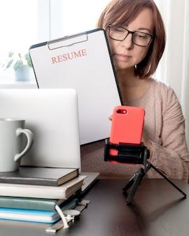 Laptop lebenslauf halten frau mittleren alters 50 plus arbeitsplatz leere lebenslauf blatt anwendung