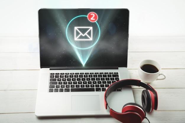 Laptop mit beleuchteten nachrichtensymbol