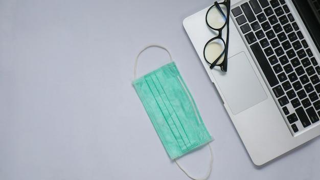 Laptop mit draufsicht und brille mit kopienraum