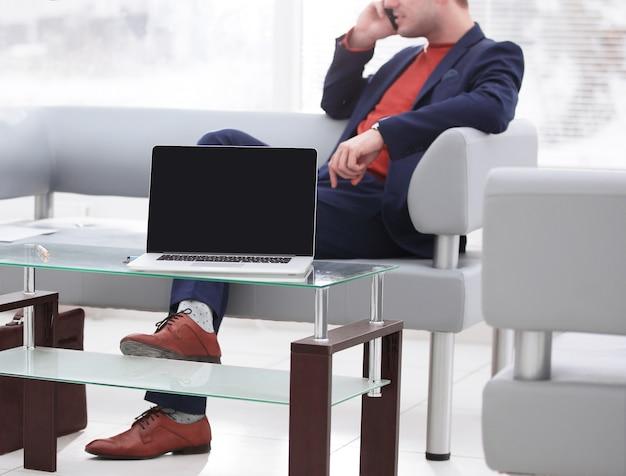 Laptop mit einem finanzplan auf dem bildschirm, auf dem tisch