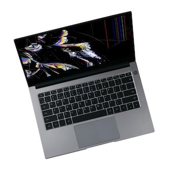 Laptop mit einem gebrochenen bildschirm mit farbstörungen lokalisiert auf einem weißen hintergrund schließen