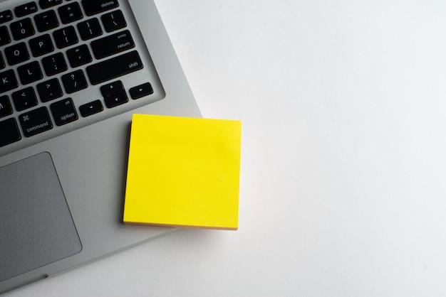 Laptop mit gelben notizblöcken auf dem schreibtisch