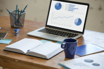 Laptop mit Grafiken auf einem Schreibtisch