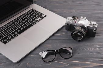 Laptop mit Kamera und Brille auf dem Tisch