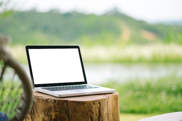 Laptop mit leerem bildschirm auf der terrasse