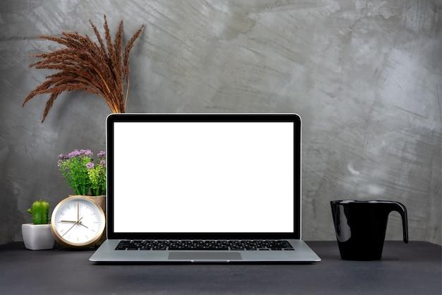 Laptop mit leerem bildschirm auf tabelle