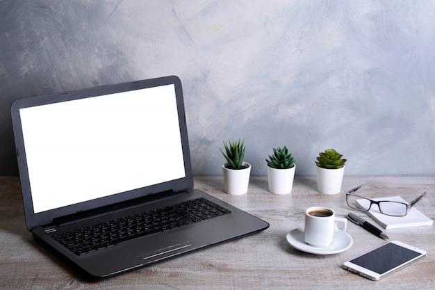 Laptop mit leerem bildschirm für grafische anzeigenmontage