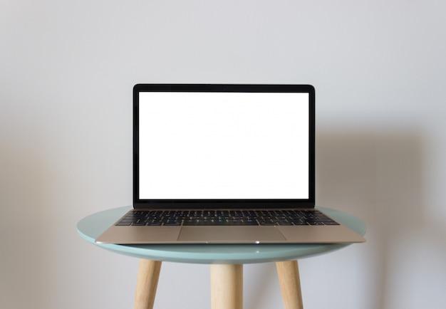 Laptop mit leerem bildschirm