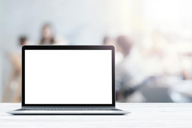 Laptop mit leeren bildschirm auf weiß holztisch in verschwommene menschen in café oder restaurant