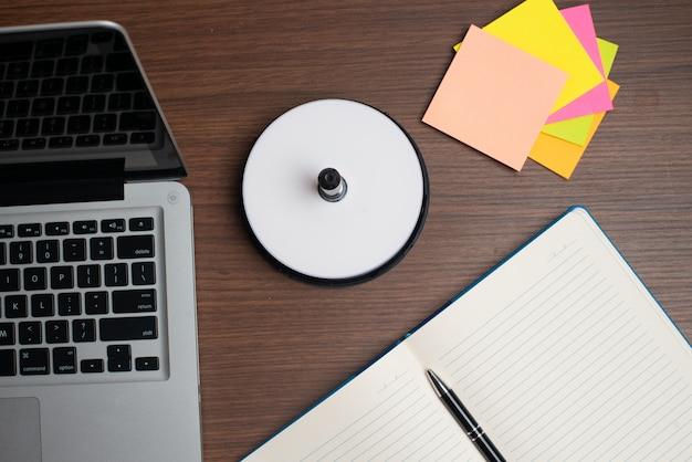 Laptop mit scheibe und buntem anmerkungsstock