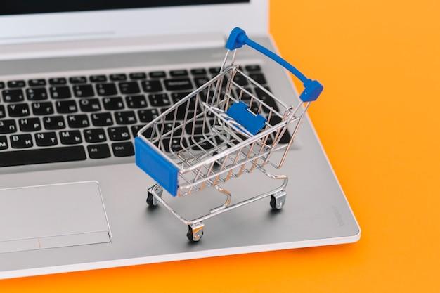 Laptop mit spielzeug einkaufswagen