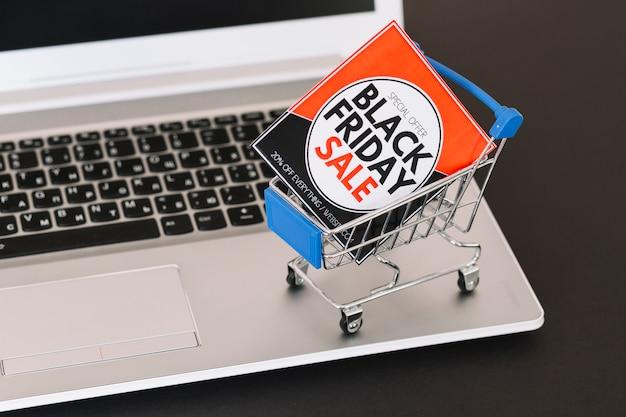 Laptop mit spielzeug supermarkt warenkorb und verkauf tablet