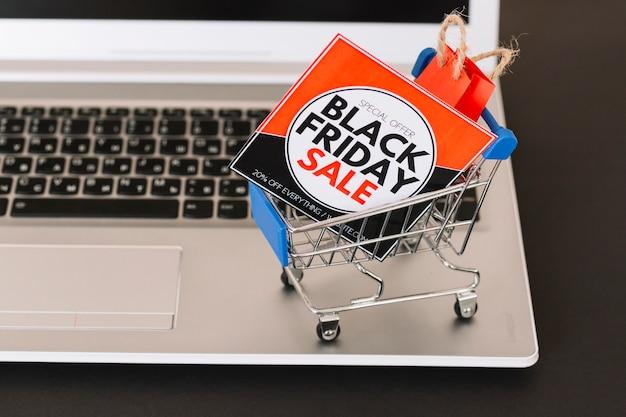 Laptop mit spielzeug supermarkt warenkorb, verkauf tablet und paket