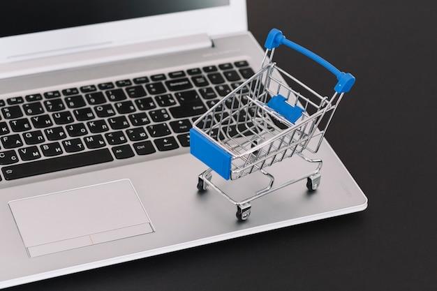 Laptop mit spielzeug supermarkt warenkorb