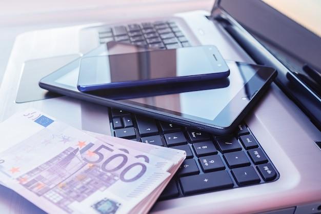 Laptop mit tablet und smartphone