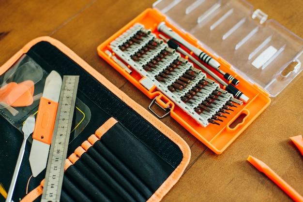 Laptop-motherboard. reparatur eines kaputten laptop-notebooks. elektronische reparaturwerkstatt, technologische renovierung.