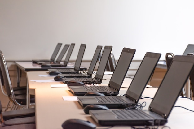 Laptop-reihenanordnung im schulungsraum