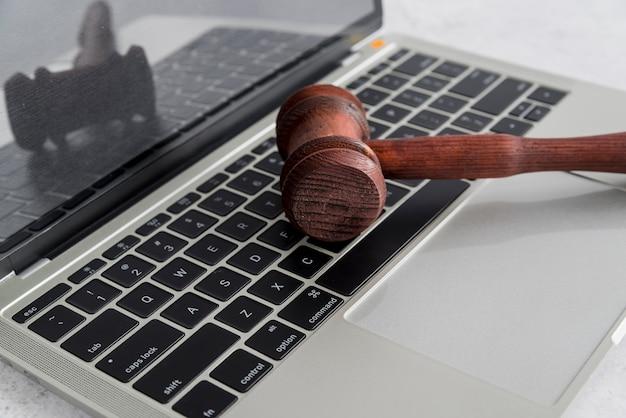 Laptop und hammer