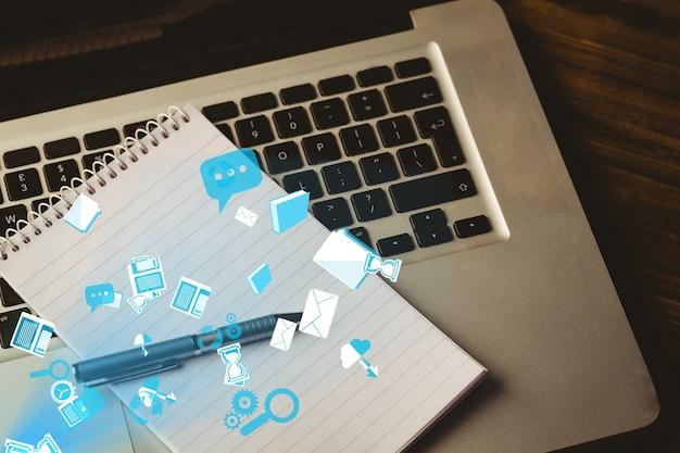 Laptop und notizblock mit app-symbole