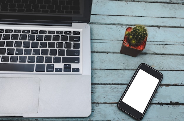 Laptop und smartphone auf dem tisch