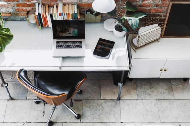 Laptop und tablet im homeoffice