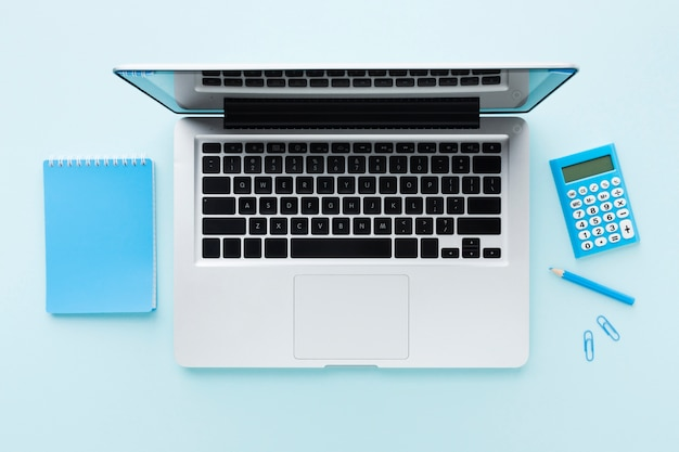 Laptop und taschenrechner draufsicht