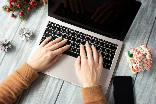 Laptop und telefon mit leerem bildschirm für saisonale weihnachtswerbung