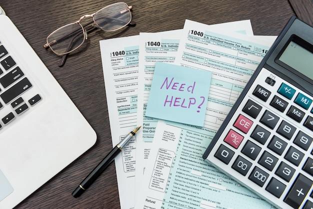 Laptop und uns steuerformular im büro, geschäftsbuchhaltung. finanzdokument