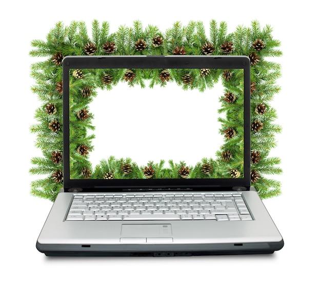 Laptop und weihnachtshintergrund isoliert auf weißem hintergrund