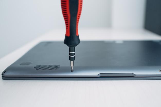 Laptop zerlegen und reparieren. service, ersatzkühlsystem, lüfterkühler und wärmeleitpaste.