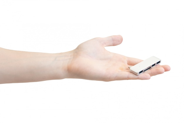 Laptopkartenadapter in der hand der männer getrennt auf weiß