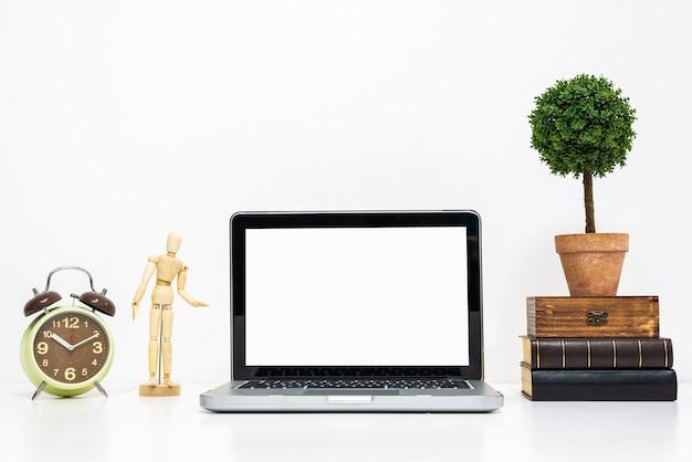 Laptopmodell auf stilvollem organisiertem arbeitsschreibtisch.