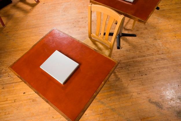 Laptops, die auf schreibtischen sitzen