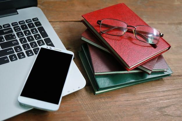Laptoptelefonbuch auf holztisch
