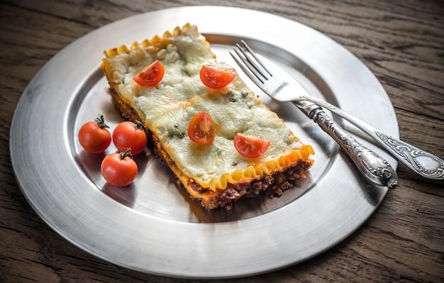 Lasagne auf der metallplatte