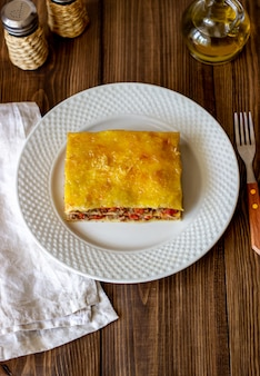 Lasagne auf einer holzoberfläche italienerküche