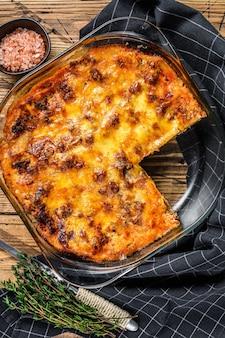 Lasagne mit bolognese-sauce und hackfleisch in einer auflaufform