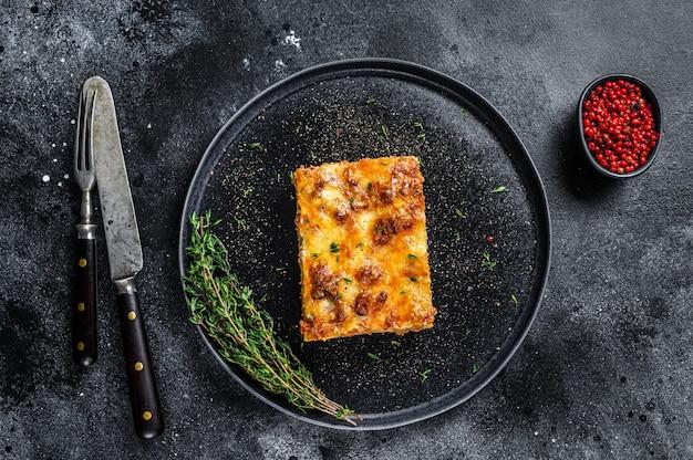 Lasagne mit hackfleisch und tomaten-bolognese-sauce auf einem teller