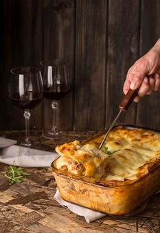Lasagne vorbereiten. roher lasagnenteig, mozarella-käse, bolognese-sauce, bechamelsoße, a