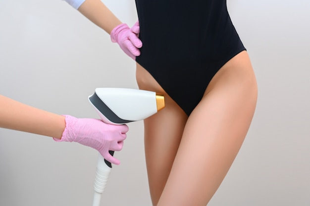 Laser-bikini-haarentfernung und kosmetik. frauengesundheit und intimhygiene. schöner frauenkörper mit glatter weicher haut. epilation und spa-konzept. depilation einer bikinizone.