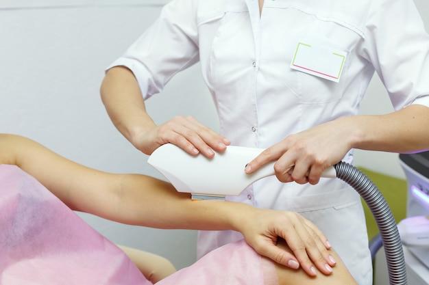 Laser-haarentfernung an damenhand. gesundheits- und schönheitskonzept.