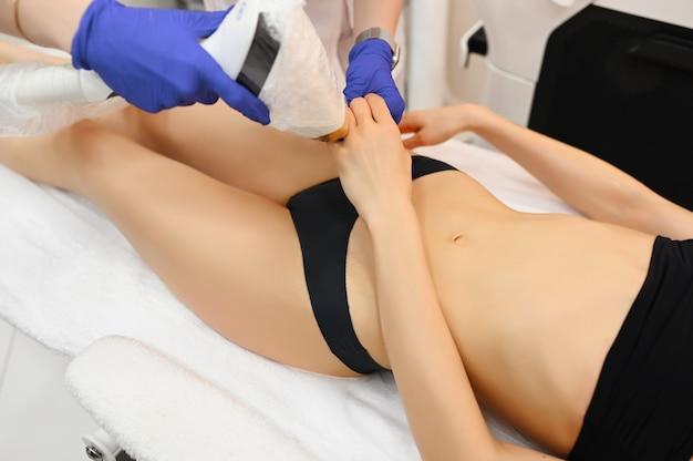Laserepilation und kosmetologie im schönheitssalon. verfahren zur haarentfernung. konzept für laser-epilation, kosmetologie, spa und haarentfernung. schöne dünne frau, die das haar entfernt auf händen erhält