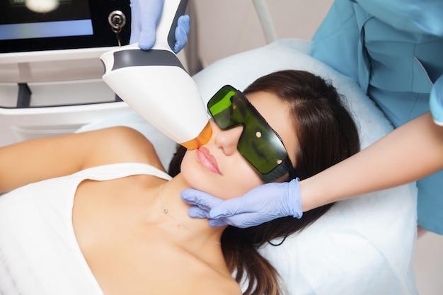 Laserepilation und kosmetologie im schönheitssalon.