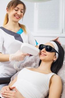 Laserepilation und kosmetologie in der kosmetischen schönheitsklinik