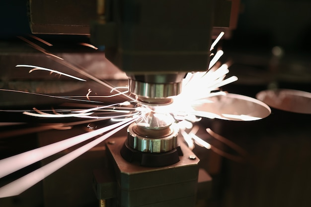 Laserschneiden von blechen mit funkennahaufnahme. modernes industrietechnikkonzept