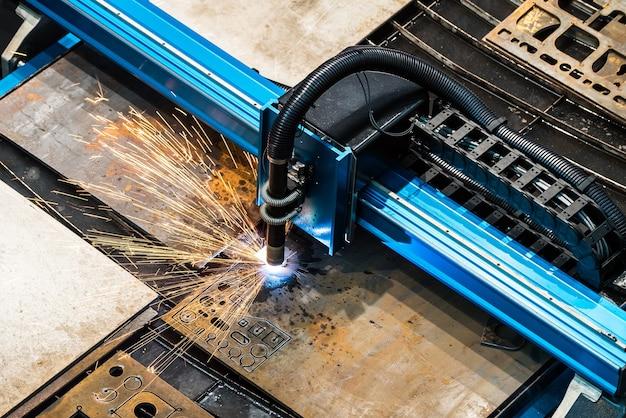 Laserschneiden von metall in nahaufnahme