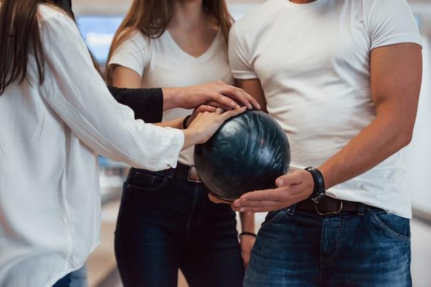 Lass uns das spiel starten. kurzansicht der leute im bowlingclub, die bereit sind, spaß zu haben