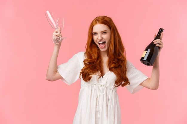 Lass uns diese party starten, mädelsabend. die nette und aufgeregte schöne rothaarigefrau, die spaß auf junggeselinnenabschied vor hochzeit hat, schreien fröhlich, heben gläser und sektflasche an
