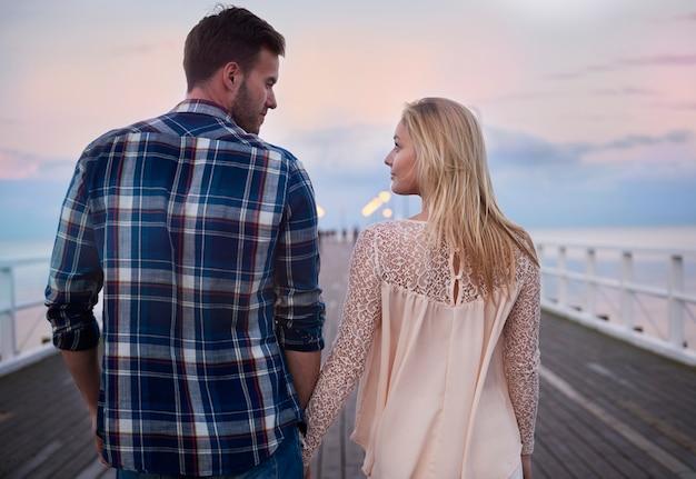 Lass uns zusammen am pier spazieren gehen